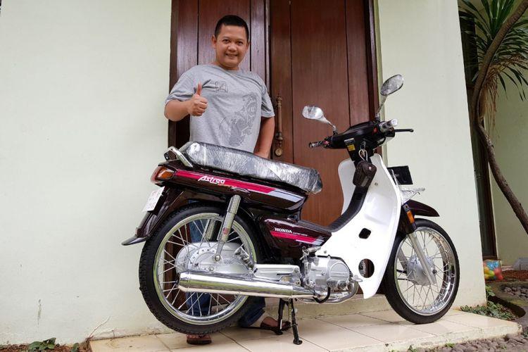 Zubastian Racham berpose bersama Honda Astrea Grand hasil restorasi yang baru saja dia jual seharga Rp 80 juta.