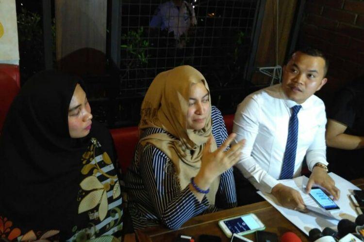 M. Zakir Rasyidin (kanan) dan Jane Shalimar (tengah) memberikan keterangan dalam jumpa pers klarifikasi kabar penangkapan Vanessa di Kalibata City, Pancoran, Jakarta Selatan, Senin (7/1/2019).