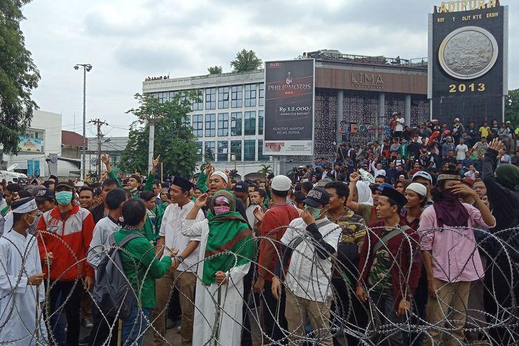 Ratusan massa aksi mendatangi kantor Bawaslu Sumut, Rabu (22/5/2019)