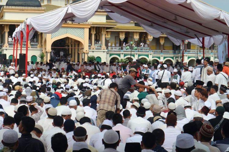 Warga Medan menunggu kedatangan Prabowo Subianto