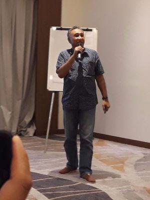 Vice President (VP) Technology Relations PT Smartfren Telecom, Munir Syahda Prabowo saat melakukan presentasi hasil uji jaringan Smartfren di Hotel Four Points, Manado, Kamis (7/12/2017).