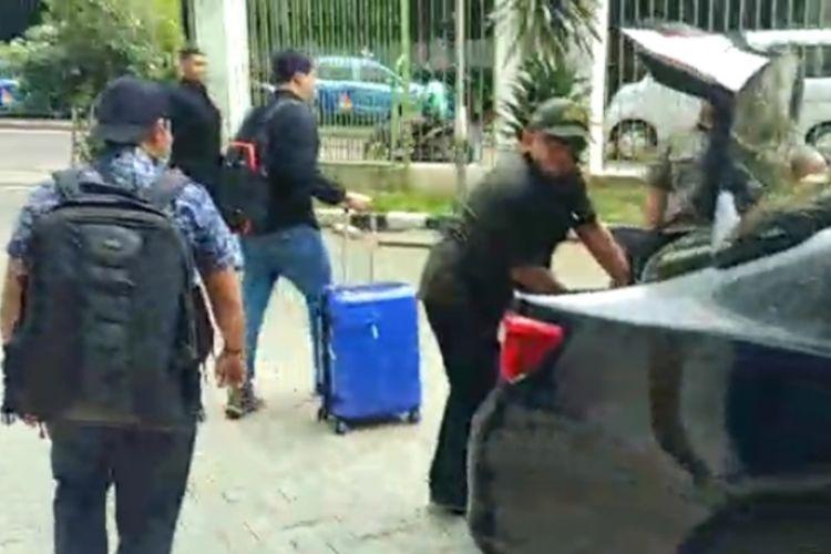 Penyidik KPK membawa dua koper besar saat selesai geledah ruang kerja eks Ketua Umum DPP PPP Romahumurziy, Senin (18/3/2019)