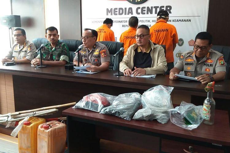 Konpers di Media Center Kemenkopolhukam menghadirkan tiga dari 11 tersangka Kerusuhan 21 - 22 Mei di Jakarta