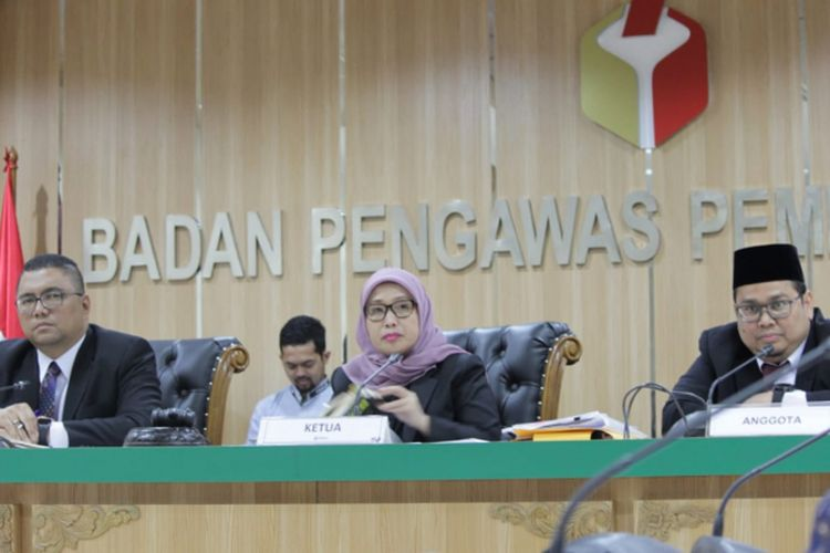 Tiga majelis Bawaslu, Fritz Edward Siregar, Ratna Dewi Pettalolo, dan Rahmat Bagja dalam sidang dugaan pelanggaran administrasi Pemilu 2019 di Kantor Bawaslu.
