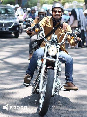 Aktor Chicco Jerikho mengenakan sepatu Kruzr, hasil kolaborasinya bersama Bro.do. Sneakers khusus riding ini kemudian digunakan oleh Presiden Joko Widodo saat konvoy sepeda motor di Bandung.