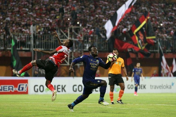 Gelandang Persib Bandung, Michael Essien, mengejar bola dalam pertandingan Liga 1 melawan Madura United, Minggu  (9/7/2017).
