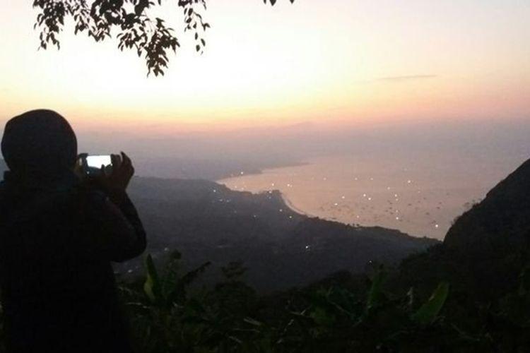 Panorama matahari terbit dari Puncak Habibie, Sukabumi.