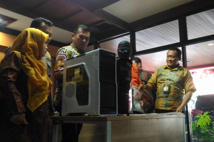 Bareskrim Polri menunjukkan sejumlah alat bukti yang digunakan salah satu tersangka kasus peretasan terhadap Pengadilan Negeri Unaaha, Sulawesi Tenggara di Jakarta, Jumat (9/11/2018).