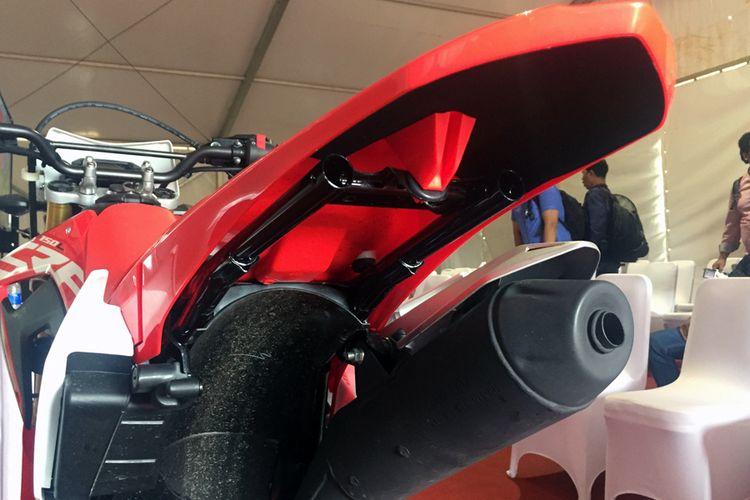 Spakbor belakang Honda CRF150L bisa dibongkar pasang dengan mudah.