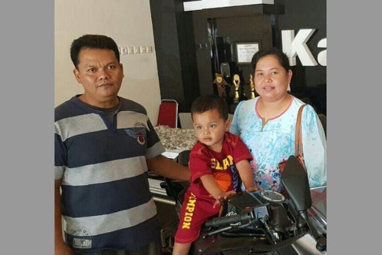 Pasangan Eko Margono dan Ernawati yang membeli sebuah motor Kawasaki Ninja 250 Fi dengan uang tunai Rp 42 juta yang seluruhnya uang logam.