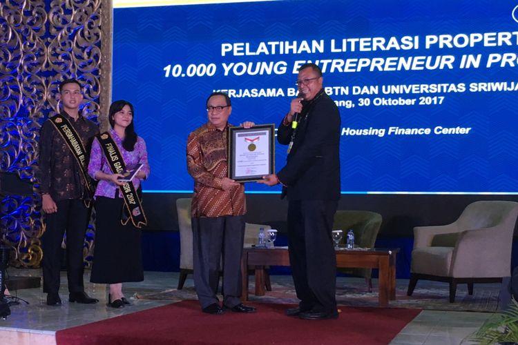 Direktur Utama PT Bank Tabungan Negara (Persero) Tbk, Maryono (nomor dua dari kanan), menerima sertifikat rekor Museum Rekor Indonesia (Muri) untuk pelatihan literasi properti dengan peserta terbanyak, di Universitas Sriwijaya, Palembang, Sumatera Selatan, Senin (30/10/2017)