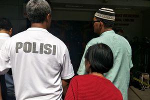 Ibu Ini Menangis Saksikan Putrinya Peragakan Adegan Pengeroyokan Anggota TNI