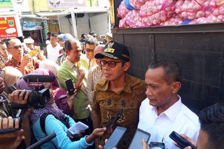 Kepala Badan Ketahanan Pangan Kementan RI, Agung Hendriadi dan Gubernur Sumbar Irwan Prayitno memberikan keterangan pers terkait 46 ton bawamg impor Cina masuk Sumbar, Jumat (10/5/2019)