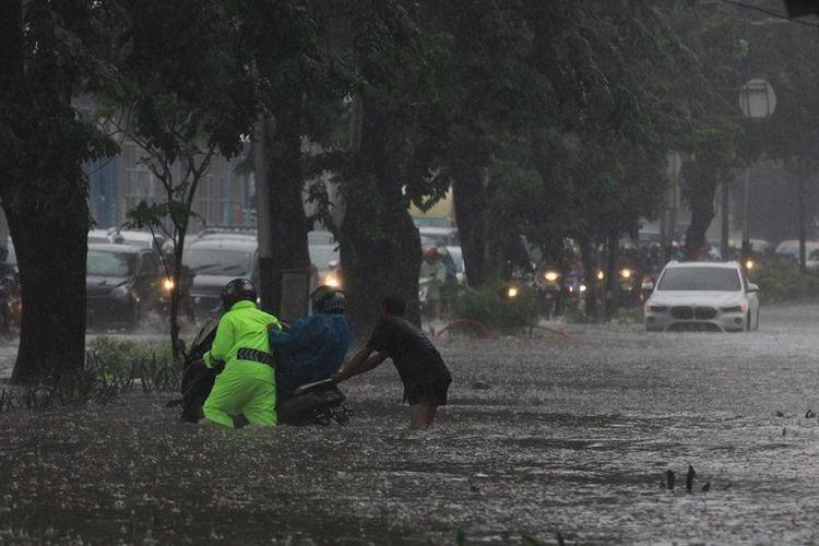 Banjir di Jalan Letjen Soeprapto, Cempaka Putih, Jakarta Pusat, Kamis (15/2/2018) saat hujan deras mengguyur Jakarta.