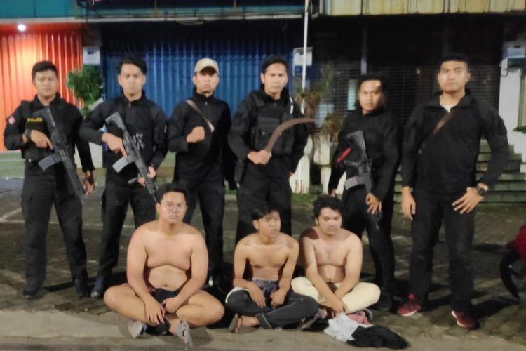 Tampak tiga anggota Gangster Warsil Dalem 58 dibekuk tim Eagle One Polres Metro Jakarta Selatan di Jalan Pondok Indah, Jakarta Selatan, Minggu (14/4/2019).