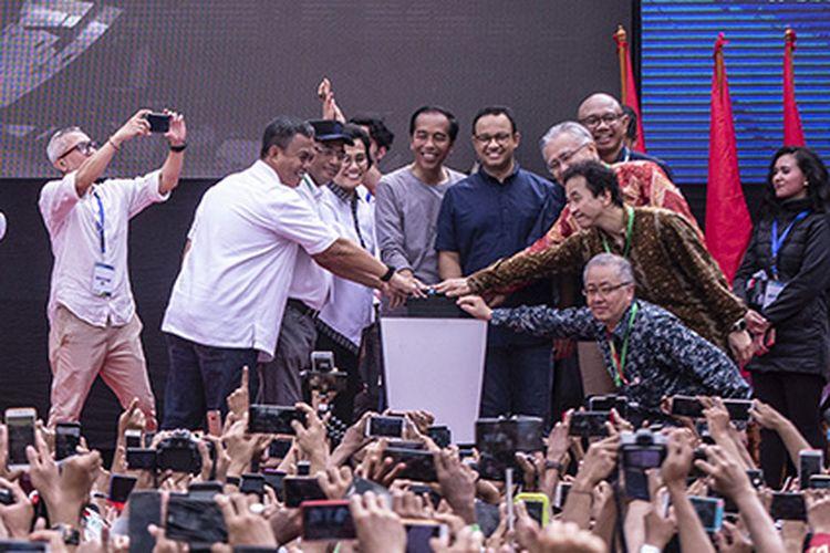 Presiden Joko Widodo didampingi pejabat terkait menekan tombol saat meresmikan MRT Jakarta, di kawasan Bundaran HI, Jakarta, Minggu (24/3/2019). Moda Raya Terpadu (MRT) Jakarta Fase 1 dengan rute Bundaran HI - Lebak Bulus resmi beroperasi.