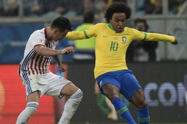 Winger Timnas Brasil, Willian Borges (kanan) beraksi di laga perempatfinal Copa America 2019 melawan Paraguay yang dihelat di Arena do Gremio, Porto Alegre, Brasil, Jumat (28/6/2019) pagi WIB