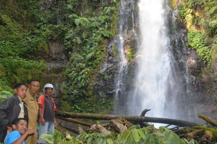 Air Terjun Cunca Rede setinggi 70 meter berada`di Kampung Ntaur, Desa Sano Lokom, Kecamatan Ranamese, Kabupaten Manggarai Timur, Nusa Tenggara Timur.
