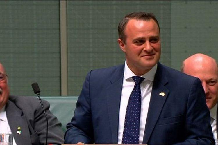 Anggota parlemen Australia, Tim Wilson, ketika melamar pasangannya Ryan Bolger di tengah sidang parlemen Senin (4/12/2017). Australia kini tengah membahas rancangan legalisasi pernikahan sesama jenis