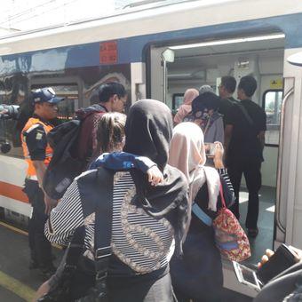 Sejumlah penumpang KA Bandara memasuki kereta di Stasiun Bekasi, Selasa (19/6/2018)