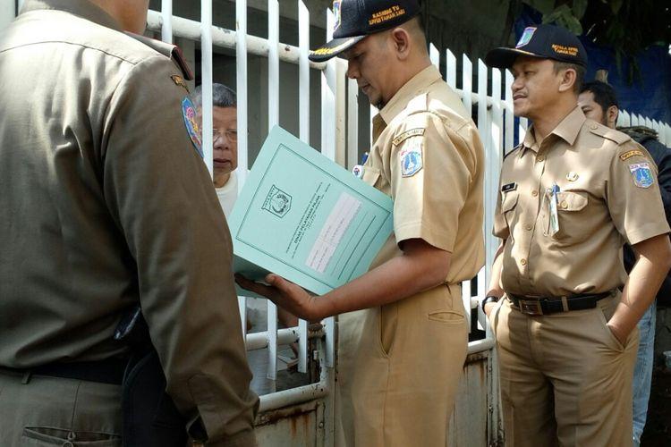 Ata saat menerima petugas Unit Pelayanan Pajak dan Retribusi Daerah (UPPRD) Kecamatan Taman Sari tiba di kediamannya, Senin (17/7/2017).