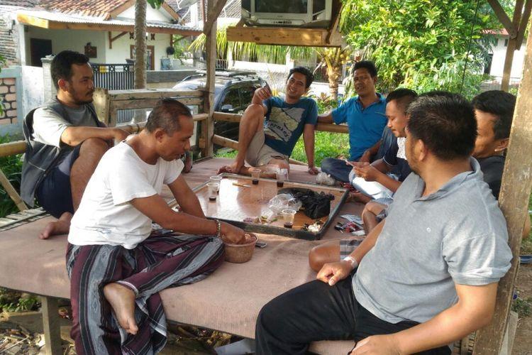 Warga muslim dan nonmuslim RT 006/RW 06 Perumahan Bumi Anugerah Sejahtera di Desa Rajeg, Kabupaten Tangerang, asyik berkumpul dan berbincang di sebuah pos. Foto diambil Kamis (7/12/2017).