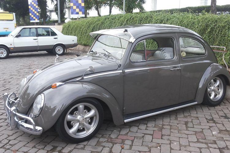 Salah satu VW Beetle dua pintu milik seorang anggota Perhimpunan Penggemar Mobil Kuno Indonesia (PPMKI) yang hadir dalam acara di Kebun Raya Bogor, Minggu (22/1/2017).
