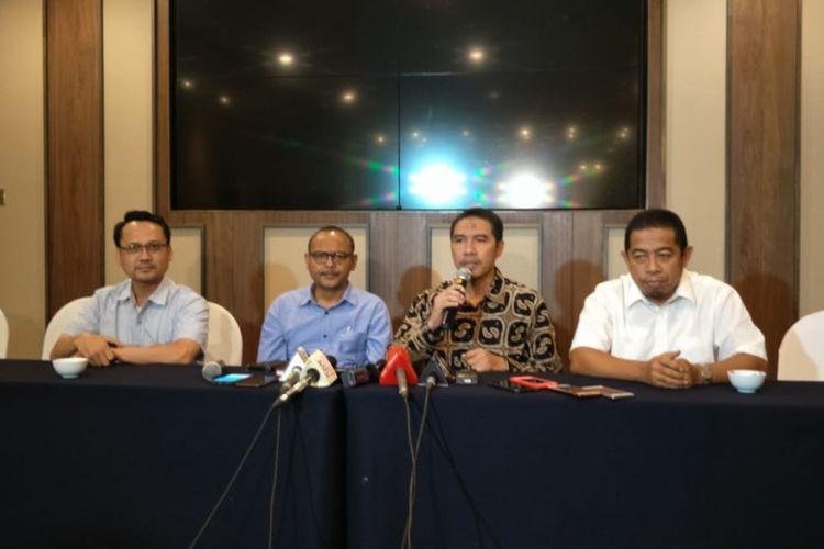 Wakil Ketua DPD Partai Gerindra DKI Jakarta Syarif (kedua dari kiri) dan Ketua DPW PKS DKI Jakarta Syakir Purnomo (ketiga dari kiri) di Hotel Aryaduta, Jakarta Pusat, Rabu (23/1/2019).