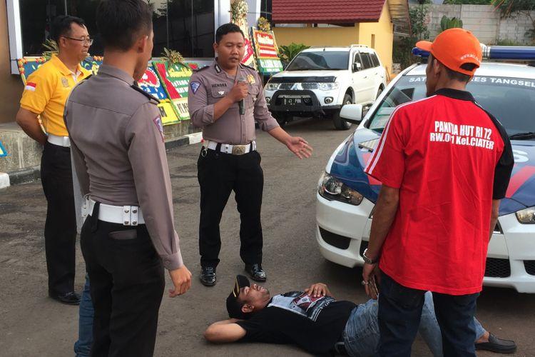 Puluhan pengatur lalu lintas dari warga atau Pak Ogah dilatih di halaman Polres Tangerang Selatan, Kamis (24/8/2017). Para Pak Ogah ini akan dinamai sebagai sukarelawan pengatur lalu lintas (supeltas) dan dilatih secara khusus oleh Satuan Lalu Lintas tiap Polres di wilayah hukum Polda Metro Jaya dalam rangka membantu kelancaran arus lalu lintas.