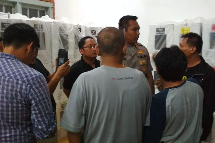 Polres Banyumas melakukan prarekonstruksi perusakan kotak suara di gudang penyimpanan Balai Desa Notog, Kecamatan Patikraja, Kabupaten Banyumas, Jawa Tengah, Jumat (19/4/2019) malam(Dok. Bawaslu Banyumas)