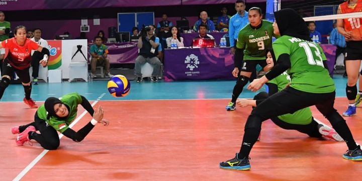Berllian Marsheilla (kiri, merah) dan pemain-pemain tim voli putri Indonesia sedang tampil pada laga perebutan posisi ke-7 dan 8 Asian Games 2018 melawan Vietnam, di Tennis Indoor, Gelora Bung Karno, Senayan, Jumat (31/8/2018)