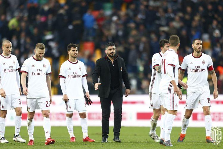 Para pemain AC Milan mencoba membalas dukungan suporter mereka yang datang ke Stadion Friuli, seusai laga Serie A melawan Udinese, Minggu (4/2/2018).