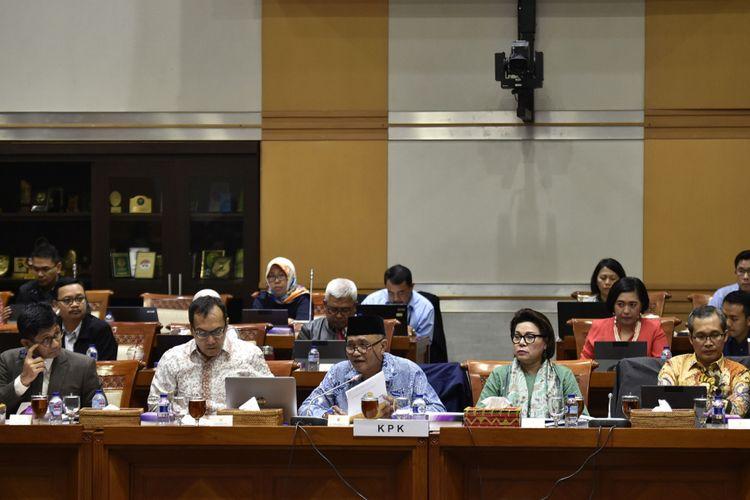 Ketua Komisi Pemberantasan Korupsi (KPK) Agus Rahardjo (tengah) bersama Wakil Ketua KPK Laode M Syarif (kiri), Saut Situmorang (kedua kiri), Basaria Panjaitan (kedua kanan) dan Alexander Marwata (kanan) bersiap mengikuti rapat dengar pendapat dengan Komisi III DPR di Kompleks Parlemen Senayan, Jakarta, Senin (11/9/2017). Rapat kerja Komisi III dengan KPK tersebut membahas sistem pengawasan terhadap pengelolaan dan manajemen aset hasil tindak pidana korupsi di lembaga tersebut.