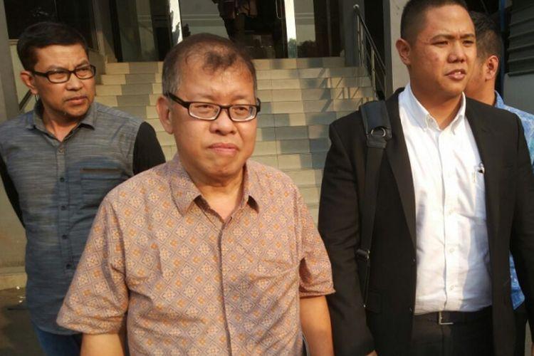 Dedi Tanukusumah (62), tengah, bersama pengacaranya saat membuat laporan di Mapolda Metro Jaya, Jumat (4/8/2017).