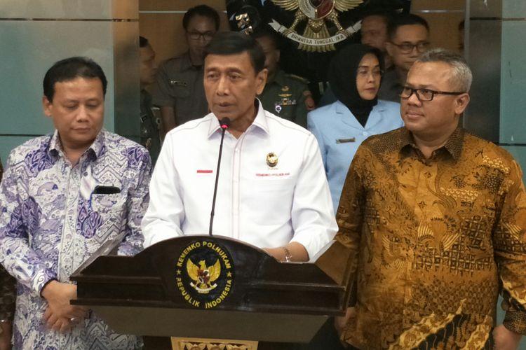 Menko Polhukam Wiranto bersama Ketua KPU Arief Budiman dan Ketua Bawaslu Abhan  di Kantor Kemenko Polhukam, Jakarta, Senin (12/3/2018)