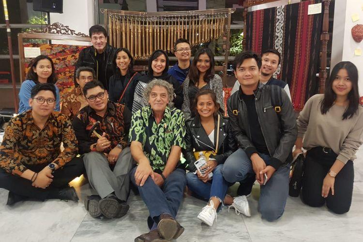 Direktur Penyelenggara Festival Film Asiatica 2018, Italo Spinelli berpose bersama pejabat dan staf KBRI Roma, serta warga Indonesia lainnya.