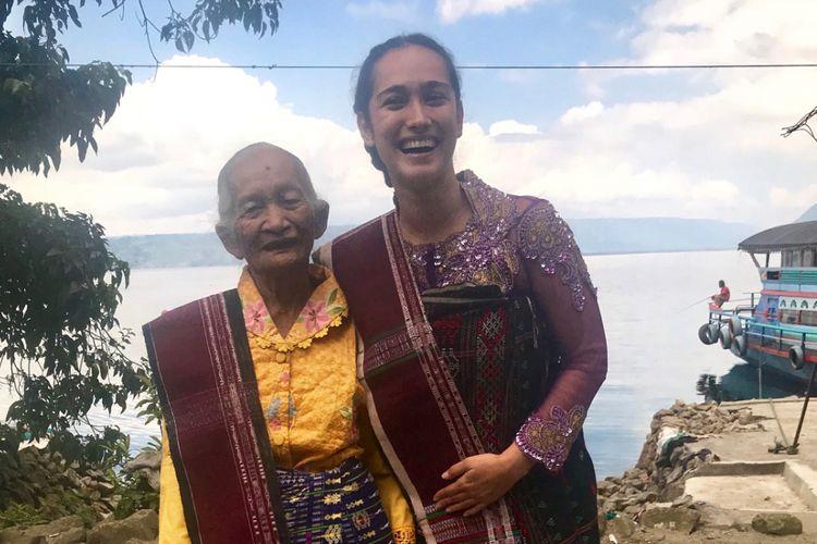 Artis peran Alexandra Gottardo menemui Saulina Boru Sitorus di Balige, Kabupaten Toba Samosir, Sumatera Utara, Minggu (4/2/2018).