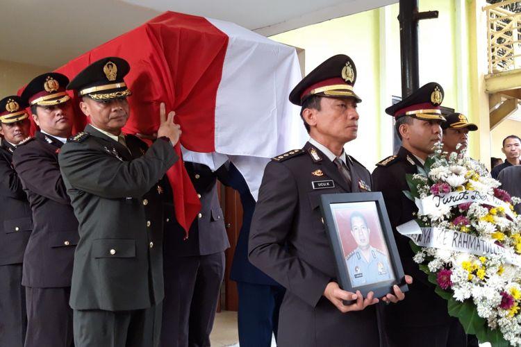 Peti jenazah AKBP Sekar Maulana salah satu korban Lion Air JT 610 yang akan dikuburkan di TPU Karet Bivak, Jakarta Pusat, Kamis (8/11/2018)
