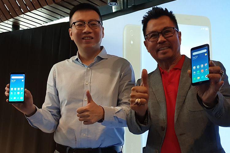 Country Manager Xiaomi Indonesia Steven Shi (kiri) dan Deputy CEO Smartfren Djoko Tata Ibrahim dalam acara peluncuran Redmi 7A di Jakarta, Selasa (6/8/2019).