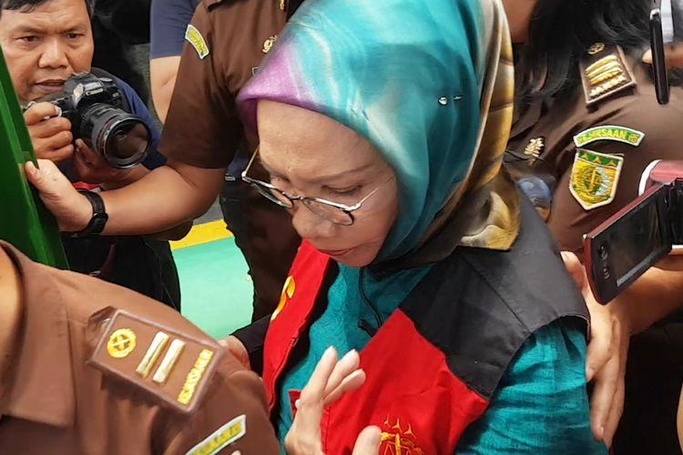 Ratna Sarumpaet saat memasuki mobil tahanan seusai menjalani persidang di Pengadilan Negeri Jakarta Sealtan, Selasa (9/4/2019).