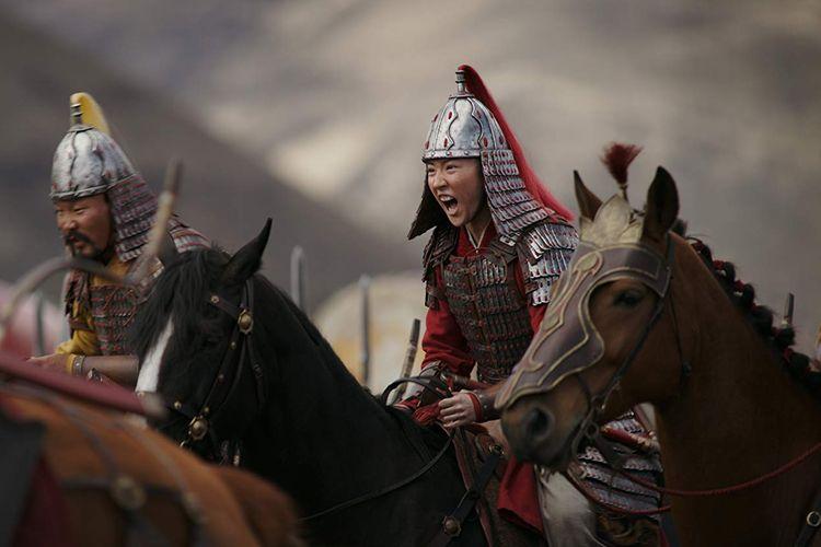 Liu Yifei tampil garang saat menjadi Hua Mulan dalam salah satu adegan film live-action Mulan (2020).