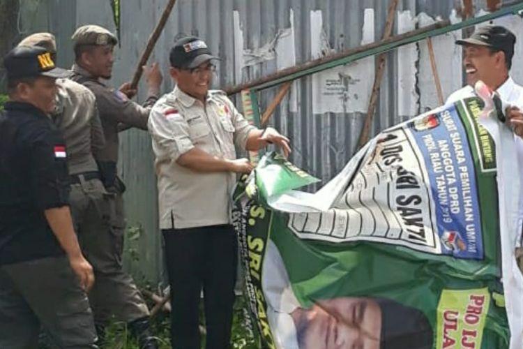 Badan pengawas pemilu (Bawaslu) Riau menertibkan alat peraga kampanye yang masih terpasang di Pekanbaru