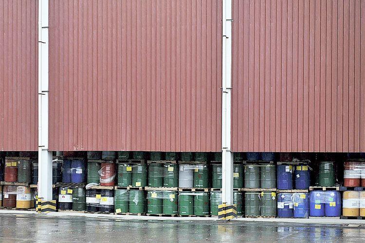 Limbah bahan beracun dan berbahaya (B3) yang disimpan di dalam drum sebelum diolah di PT Prasadha Pamunah Limbah Industri di Cileungsi, Bogor, Jumat (12/2/2016). PPLI menyediakan jasa pengolahan limbah terpada untuk pelanggan koemersial dan industri.