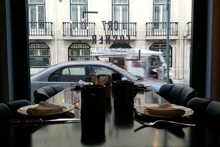 Pemandangan dari dalam bangunan Pestana CR7 Hotel di Portugal. Pestana CR7 Hotel terletak di dua kota, yakni Lisbon dan Madeira.