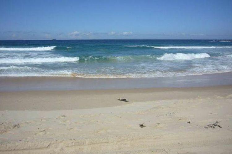 Fenomena boleran atau rip current yang bisa dikenali dengan adanya permukaan air laut yang tenang.
