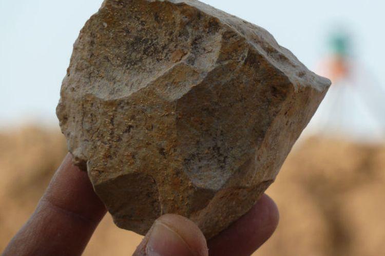 Sebuah alat batu yang baru digali di situs Ain Boucherit, usianya diperkirakan 2,4 juta tahun.