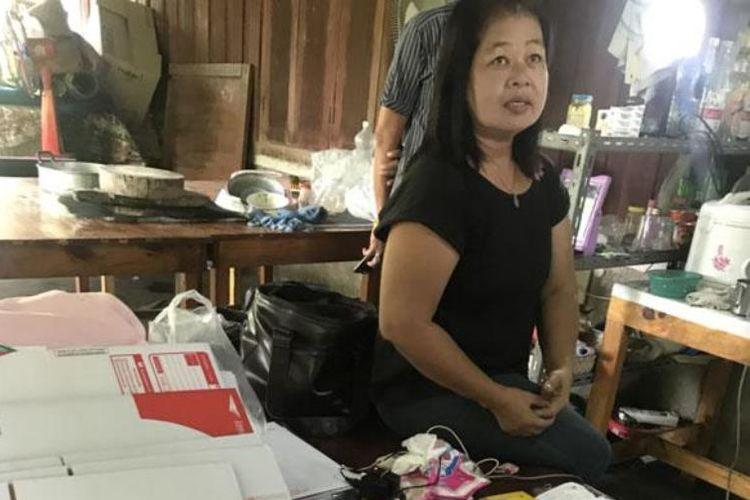 Jinda Achariyasilp (55) pemilik usaha garmen yang ditahan bersama dengan ratusan kaos berlambang gerakan Federasi Thailand.