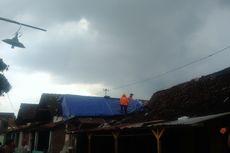 Saat Relawan dan Masyarakat Beradu Cepat dengan Hujan untuk Perbaiki Rumah