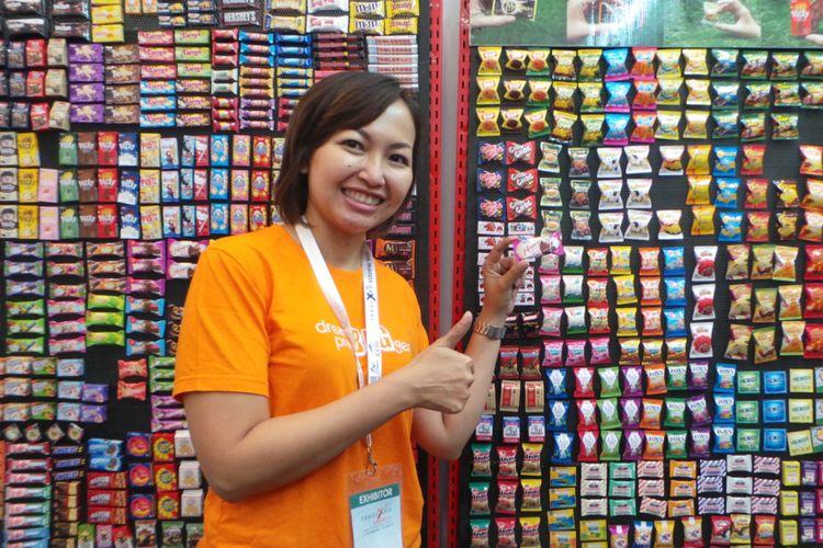 Pemilik usaha Ini Kreasi, Marissa dengan magnet-magnet yang menyerupai produk ternama di Indonesia.