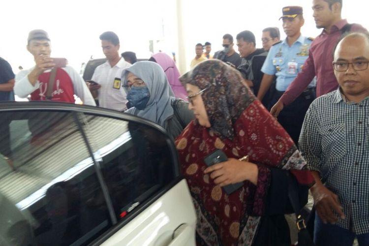 Kedatangan Neno Warisman (pakai masker) di Bandara SSK II Pekanbaru, Riau, langsung masuk ke mobil yang dikawal pihak kepolisian dan TNI, Sabtu (25/8/2018).